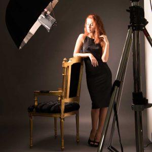 Modella con ombrello elinchrom ritratto Leibovitz